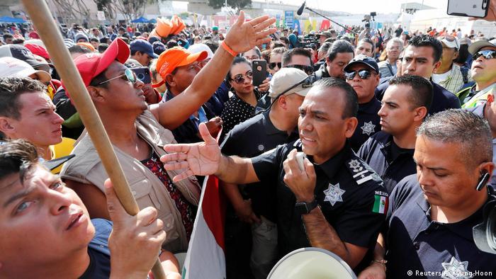 US-Grenze zu Mexiko | Hunderte Migranten demonstrieren in mexikanischer Grenzstadt Tijuana (Reuters/K. Kyung-Hoon)