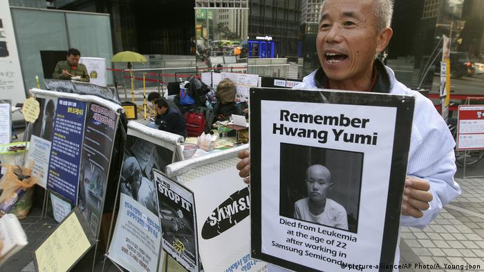 Hwang Sang-gi, a founding member of advocacy group Banolim, holds a picture of his daughter Yu-mi (picture-alliance/AP Photo/A. Young-joon)