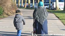 Symbolbild Schutzsuchende | Muslimische Frau mit Kind und Kinderwagen