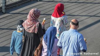 Мусульманская семья в Германии на прогулке