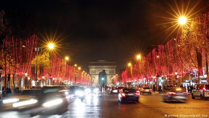 Frankreich Festbeleuchtung auf der Champs-Elysees (picture-alliance/dpa/C. Ena)