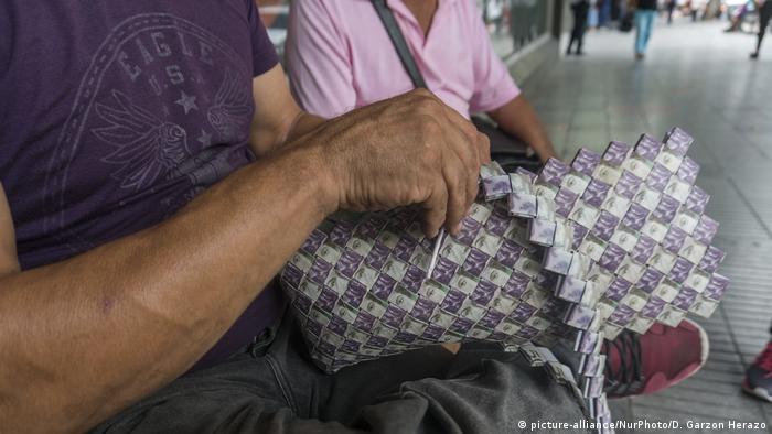 Una vez finalizado, un bolso puede costar alrededor de 35.000 pesos colombianos, unos 10 dólares.