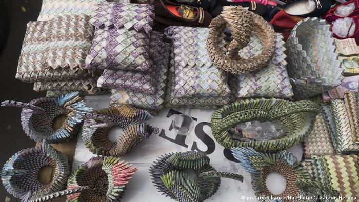 Decenas de venezolanos salen a las calles a ofrecer las manualidades, entre las que se encuentran figuras de animales, bolsos, cinturones y billeteras.