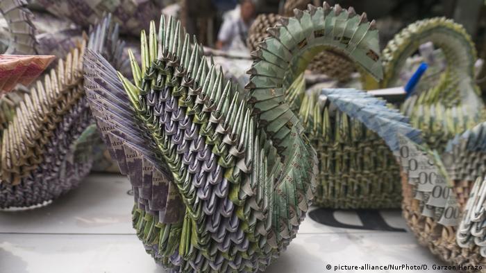 Miles y miles de billetes que perdieron su valor, son usados por venezolanos en la ciudad de Cúcuta, en Colombia, para hacer artesanías y ganar algo de dinero.