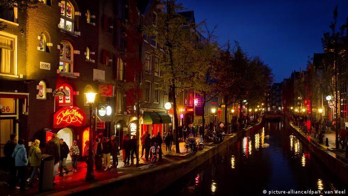 Niederlande Amsterdam Rotlichtviertel (picture-alliance/dpa/K. van Weel)