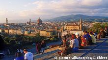 Touristen genießen bei Sonnenuntergang von der Piazzale Michelangelo den Blick auf die Stadt Florenz. Foto: Chad Ehlers (Größere Bilddaten auf Anfrage) | Verwendung weltweit