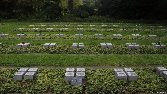 Foto de lápides conhecidas como pedras de descanso para mortos solitários em cemitério de Gelsenkirchen