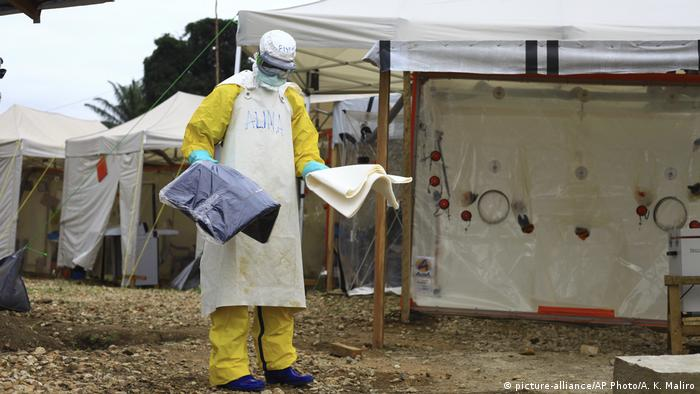 Ebola health worker wearing protective gear in Beni, eastern Congo (picture-alliance/AP Photo/A. K. Maliro)