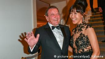 Με τη σύζυγό του Σογεόν Σρέντερ-Κιμ σε δεξίωση στο ιστορικό ξενοδοχείο Adlon του Βερολίνου