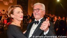 23.11.2018, Berlin: Bundespräsident Frank-Walter Steinmeier und seine Frau Elke Büdenbender tanzen beim 67. Bundespresseball im Hotel Adlon. Foto: Jens Kalaene/dpa/ZB +++ dpa-Bildfunk +++   Verwendung weltweit