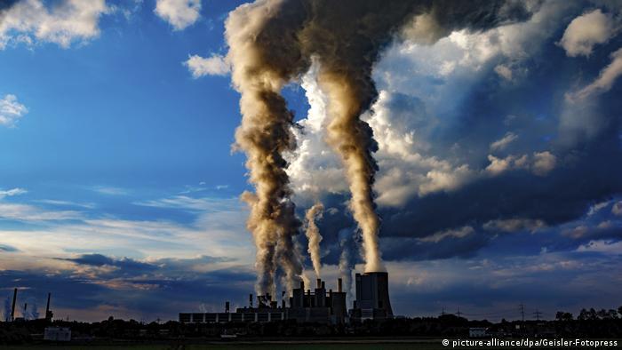 Símbolo del calentamiento global: emisiones de una central eléctrica.