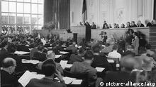 1.Dt.Bundestag am 7.9.1949 Gruendung der Bundesrepublik Deutschland: - Konstituierende Sitzung des ersten Deutschen Bundestages am 7. September 1949 in der ehemaligen Paedagogischen Akademie in Bonn (nach Wahlen vom 14. Mai 1949). - Foto.   © picture-alliance /akg