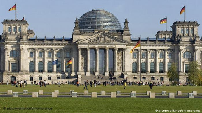 Deutschland Berlin Reichtag Vorderseite Bundestag Flash-Galerie (picture-alliance/chromorange)