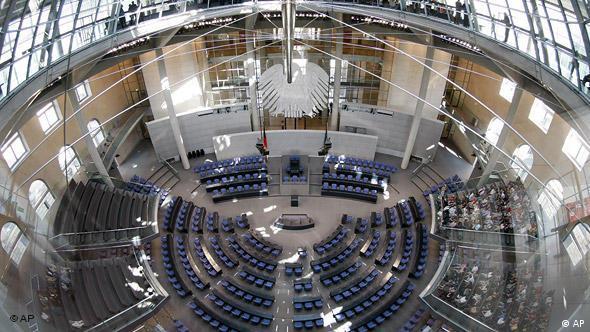 Такой вид в зал пленарных заседаний бундестага открывается из холла для прессы под куполом Рейхстага. Также на этом этаже расположены конференц-залы парламентских фракций