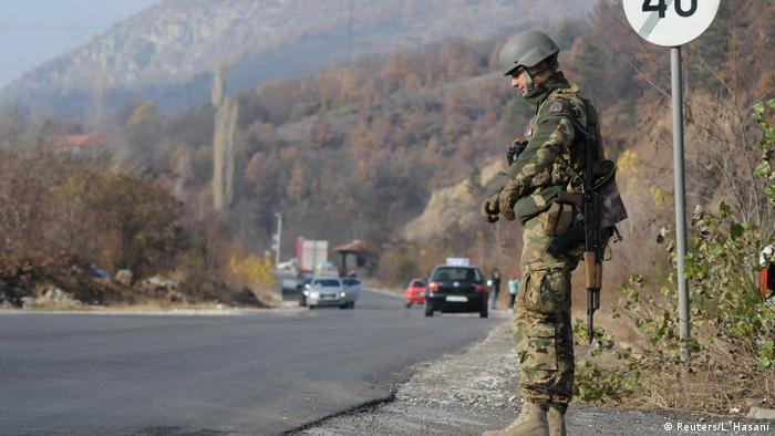 Vojnik KFOR-a u blizini Mitrovice u petak