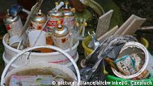 illegal entsorgter Sondermuell, leere Farbeimer mit rostigen Spraydosen, Deutschland, Nordrhein-Westfalen | illegal waste treatment of paint buckets and rusty spray cans, Germany, North Rhine-Westphalia | Verwendung weltweit