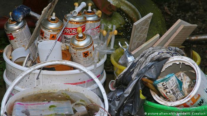 Nielegalnie wyrzucone spraye i farby w Niemczech