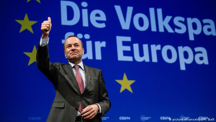 Manfred Weber gives a thumbs up (picture-alliance/dpa/M. Balk)