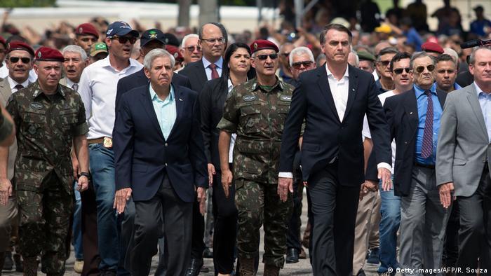 Presidente eleito Jair Bolsonaro (dir.) em cerimônia militar no Rio de Janeiro
