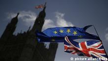 ARCHIV - 17.01.2018, Großbritannien, London: Eine EU-Flagge und eine britische Nationalflagge, der Union Jack, wehen vor dem britischen Parlament im Palace of Westminster, während eine Demonstration gegen den Brexit stattfindet. (zu dpa «Einigung beim Brexit? Britisches Kabinett steht vor Zerreißprobe» vom 14.11.2018) Foto: -/Xinhua/dpa +++ dpa-Bildfunk +++  
