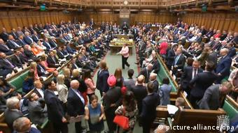 Στη βουλή η πρωθυπουργός προκάλεσε ανοιχτά το Εργατικό Κόμμα να καταθέσει εναλλακτικό σχέδιο, κατηγορώντας την ηγεσία του για παραπλάνηση και παραπληροφόρηση των πολιτών.
