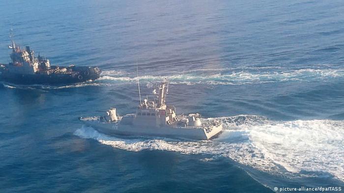 Артилерійський катер ВМС України під час проходу Керченської протоки