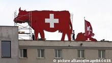 Kuh-Figur auf Schweizer Botschaft in Berlin