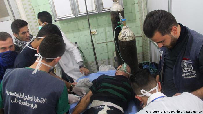 Man receiving oxygen following alleged attack in Aleppo (picture-alliance/Xinhua News Agency)