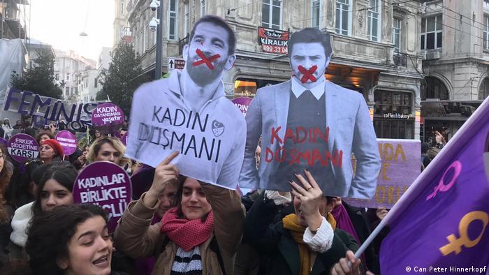 NICHT VERWENDEN - FALSCHES COPYRIGHT ****Türkei Istanbul - Internationaler Tag gegen Gewalt an Frauen