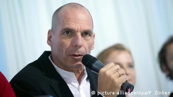 «Δεν αποκλείεται ο σταρ από την Ελλάδα να εκλεγεί στο Ευρωπαϊκό Κοινοβούλιο», σημειώνει η Berliner Zeitung.