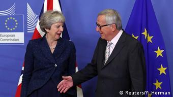 Οι Βρυξέλλες διά στόματος Γιούνκερ στηρίζουν τη Μέι