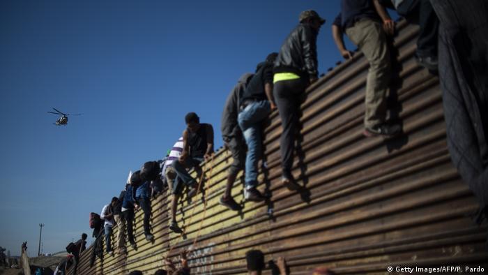 USA Mexiko l Migranten stürmen Grenze zwischen Mexiko und den Vereinigten Staaten