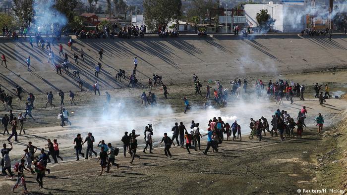 USA Mexiko l Migranten stürmen Grenze zwischen Mexiko und den Vereinigten Staaten (Reuters/H. McKay)
