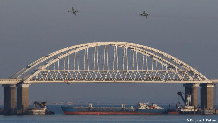 Russland Krim | Schiff versperrt Durchfahrt an der Straße von Kertsch (Reuters/P. Rebrov)