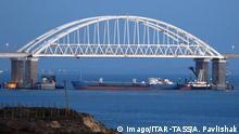 Russland Krim | Schiff versperrt Durchfahrt an der Straße von Kertsch