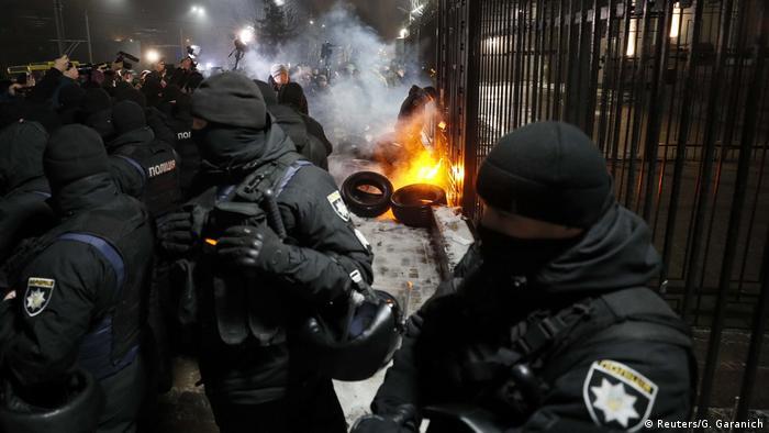 Ukrainische Sicherheitskräfte versuchen, die russische Botschaft in Kiew vor aufgebrachten Demonstranten zu schützen (Foto: Reuters/G. Garanich)