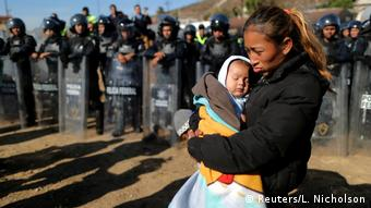 BdTD Mexiko Grenze zu USA in Tijuana | Rosa Villa & Sohn Esteban aus Honduras (Reuters/L. Nicholson)