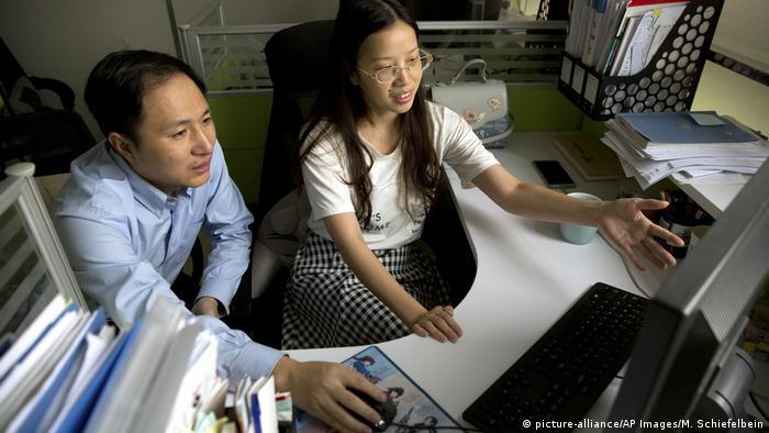Los científicos He Jiankui y Zhou Xiaoqin en su laboratorio de Shenzhen, provincia de Guangdong.