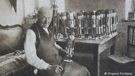 Εμπνευσμένος από το ομώνυμο παραμύθι ο ξυλουργός Φρίντριχ Βίλχελμ Φίχτνερ σχεδίασε την πρώτη, παραδοσιακή φιγούρα του Καρυοθραύστη το 1870. Αμέσως έγινε ανάρπαστη στην αγορά. Η οικογένειά Φίχτνερ συνέχισε την παράδοση. Σήμερα η όγδοη πλέον γενιά ακολουθεί ακόμη τα χνάρια του «πατέρα» του ξύλινου Καρυοθραύστη.
