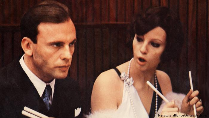برتولوچی با دنبالهرو در سال ۱۹۷۰ نخستین موفقیت بزرگ خود را به دست آورد. تصاویر این درام سیاسی در مکانهای تاریخی ایتالیا و فرانسه با زحمت زیاد ضبط شدند. موضوع این فیلم درباره پروفسوری است در دوره فاشیستها که نقش او را ژان-لویی ترنتینیان بازی میکند.