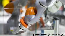 Deutschland - Kuka-Chef Till Reuter verlässt überraschend Roboterhersteller - Roboter Logo
