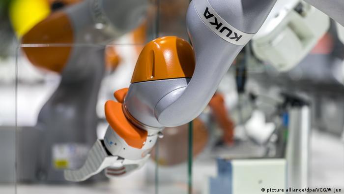 Ein Roboter der Firma Kuka, die 2016 vom chinesischen Konzern Midea übernommen wurde, Deutschland