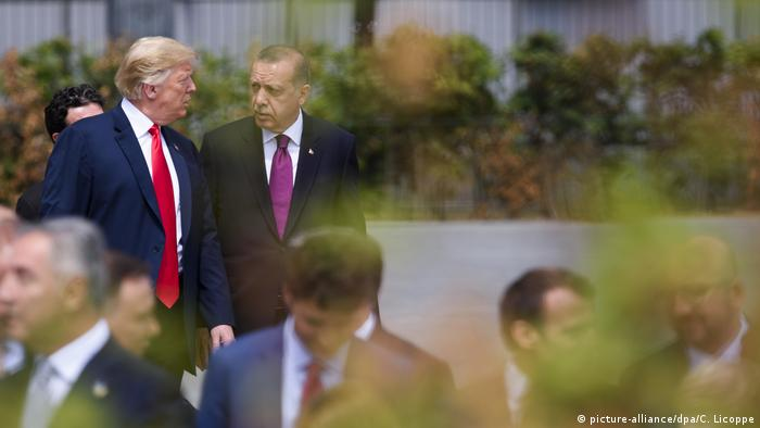 Donald Trump und Recep Tayyip Erdogan NATO Treffen (picture-alliance/dpa/C. Licoppe)