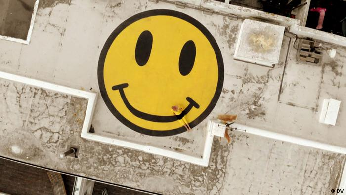 Smily face on a roof (DW)
