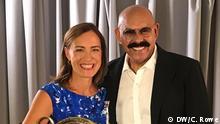 DW Moderatorin Sarah Willis mit dem venezolanischen Salsa-Musiker Oscar D'Leon