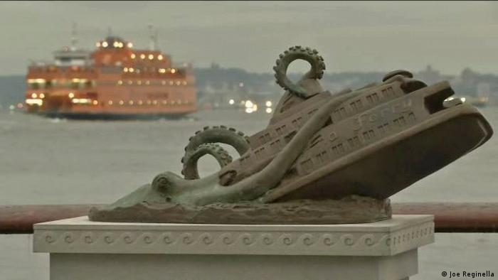 Un pulpo hunde un ferry en Manhattan: obra de Joe Reginella.