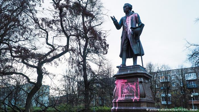 Statue of Immanuel Kant painted in pink (picture-alliance/dpa/TASS/V. Nevar)