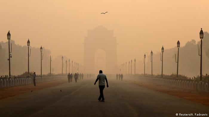 In Indiens Hauptstadt ist Smog ein Dauerthema. Besonders schlecht ist die Luft im Herbst nach dem Diwali-Fest mit seinen großen Feuerwerken. Zudem brennen die Bauern im Umland ihre Felder ab, um das Land für die nächste Aussaat vorzubereiten. Im Winter verbrennen die Menschen in Delhi oftmals Müll, um sich zu wärmen. Hinzu kommt Luftverschmutzung durch Industrie und Autos.
