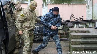 Конвоирование в суд одного из задержанных украинских моряков