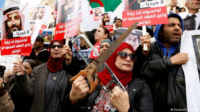 Bazı göstericiler protestoya ellerinde testereyle katılarak, Kaşıkçı'nın cesedinin parçalandığına dair bilgilere göndermede bulundu
